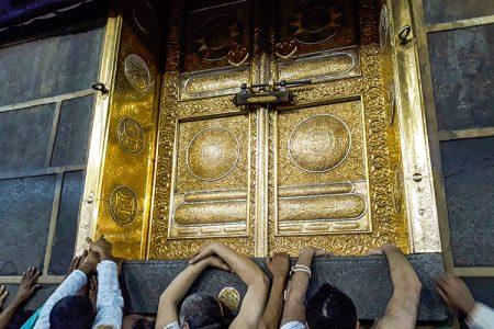 সৌদিআরবের পবিত্র কাবা ঘরে স্থাপিত দরজা