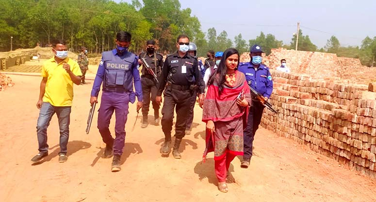লোহাগাড়ায় ৪টি অবৈধ ইটভাটা গুঁড়িয়ে দিলো প্রশাসন